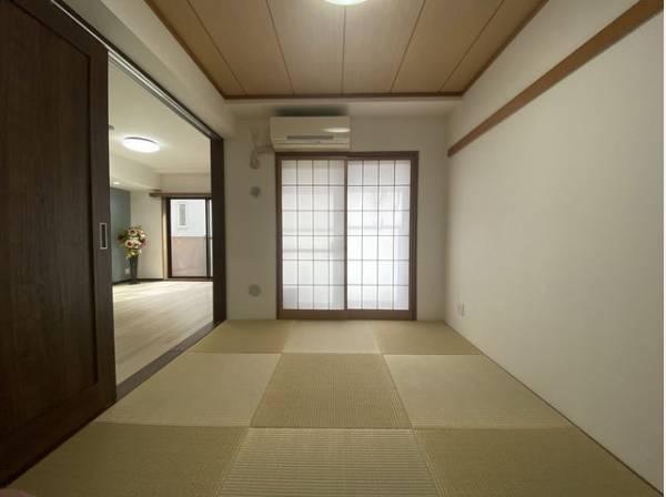 隣接するリビングとの色味を合わせながら、落ち着きのあるシンプルな畳のお部屋をご用意。収納も充分です。