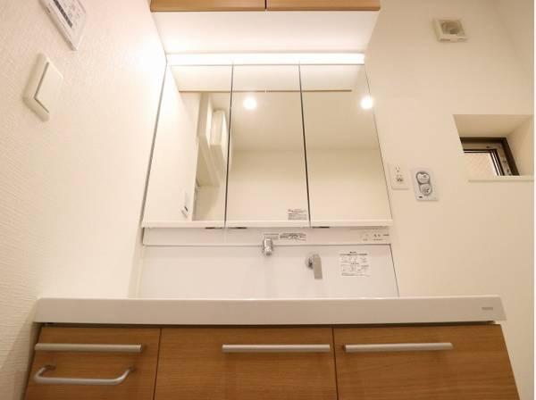 三面鏡の鏡が付いた洗面台。上部にも収納スペースがあり、すっきりとまとめることが出来ますね。