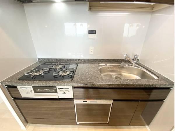 ゆったりと調理ができる位のスペースを実現したキッチン。十分な収納スペースを完備。