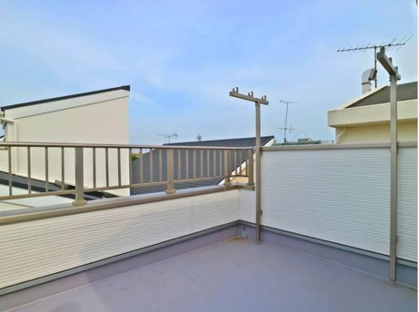くつろぎの空間を演出するルーフバルコニーは、周りに高い建物がないのでプライベート空間を保てます。