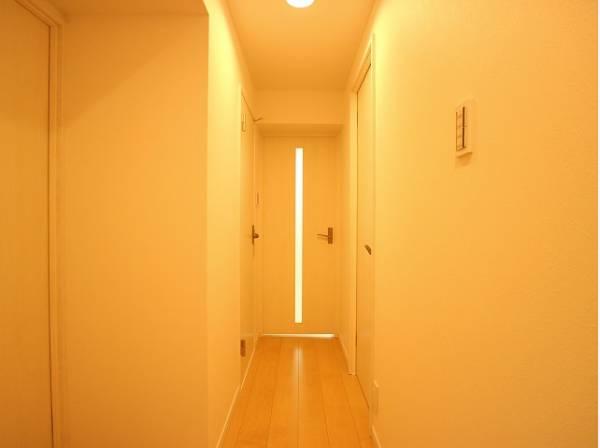 明るく開放的な空間を演出。住まいの顔となる玄関は、落ち着きと華やぎの満ちた空間に。ご家族の「行ってきます」「ただいま」を見守り続けます。
