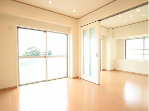 リビングと隣接の洋室は天井、フローリングと同じ色合いで揃えており、可動ドアを開くと14帖超の空間になります。家族構成の変化にも柔軟に対応するための工夫をいたしました。