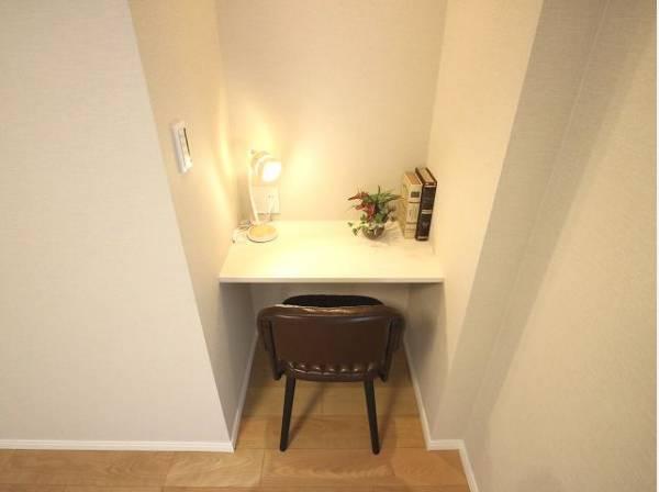 主寝室には便利なカウンターがついています。書斎スペースとしても活用できます。