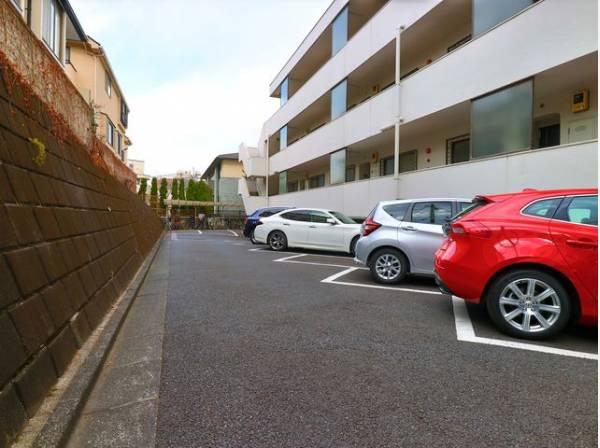 敷地内には駐車場完備。