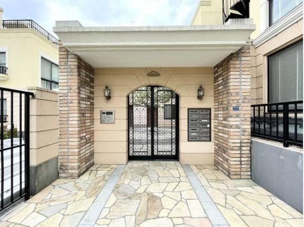 格調高いデザイン性を持つ玄関は、住む方のプライドを満たすクオリティ。訪れる方を優しく迎えます。