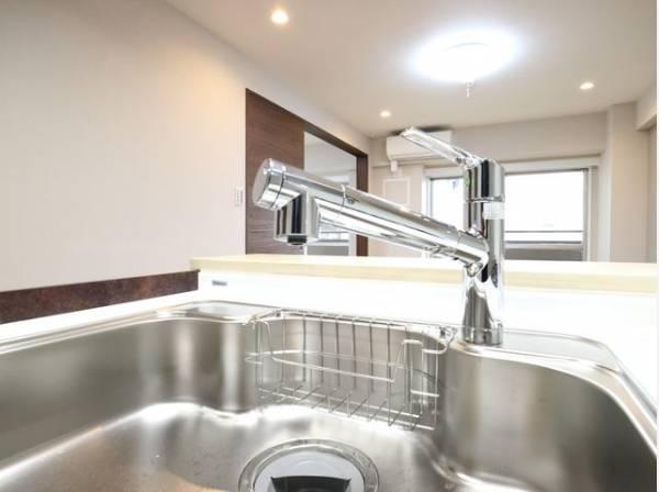 キレイなお水がいつでも、安心して飲める浄水機能付水栓。シンクまわりもすっきりとまとまり水栓のデザインもオシャレ。