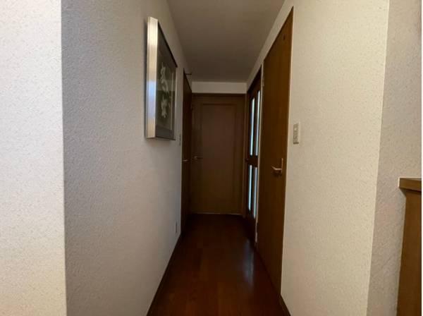 落ち着きのある優しい玄関がお出迎え。「行ってきます」「ただいま」を見守ります。