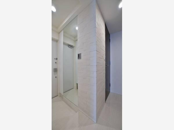 快適に生活していただく為に、余分な湿気を吸収する「エコカラット」を玄関に設置。明るく開放的な空間を美しい建具が見事に演出。