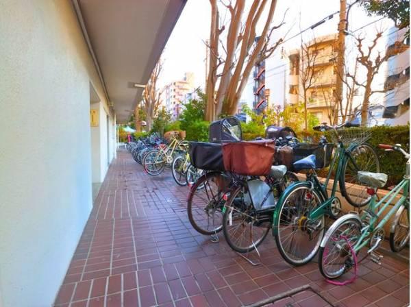 広々としたスペースの駐輪場はご家族の自転車を置くことができます。