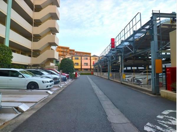 敷地内駐車場は1住戸1台分(無償)あります。