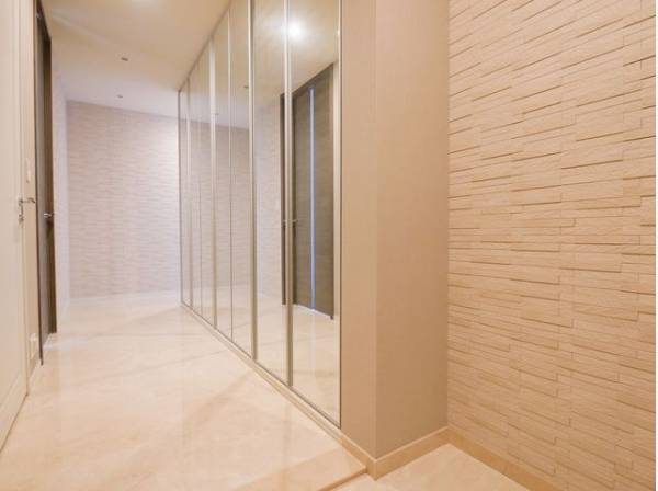 玄関を開けると、明るい日が差し込むリビングへと誘う廊下。広々とした空間に大容量の収納スペースがあり、スッキリ綺麗な空間に纏めます。