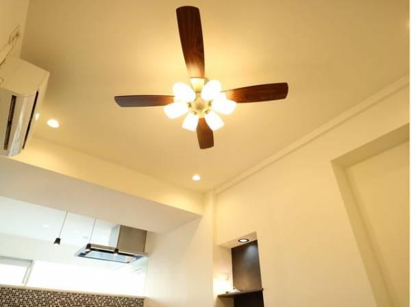 シーリングファンは上方に溜まりやすい暖かい空気と下方に溜まりやすい冷たい空気を循環させることで冷暖房の効率を上げて節電することができます。