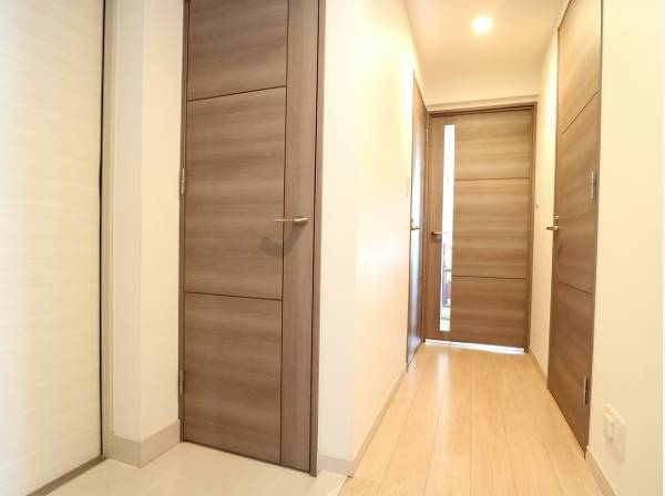 玄関扉を開けると広々としたスペースがあります。便利なシューズインクローゼットもあって、収納スペースも十分ですね。