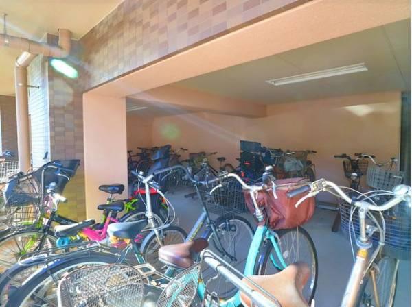 敷地内駐輪場は月額300円で利用可能です。