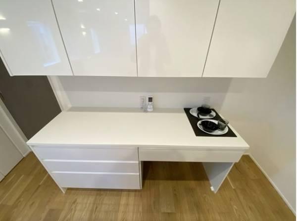 キッチンの後ろには食器棚などを置けるゆとりのスペースがあります。食器やキッチン家電、食材などもスッキリと収納できます。