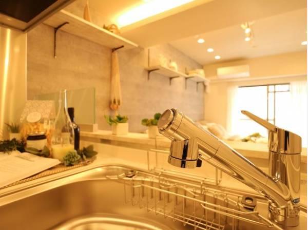 キレイなお水がいつでも、安心して飲める浄水器内蔵水栓。シンクまわりもすっきりとまとまり水栓のデザインもオシャレ。カートリッジの定期購入があり交換もラクラクです。