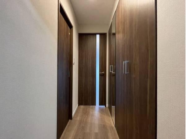 木目の美しい建具が、明るく開放的な空間を演出。住まいの顔となる玄関は、落ち着きのある空間に。