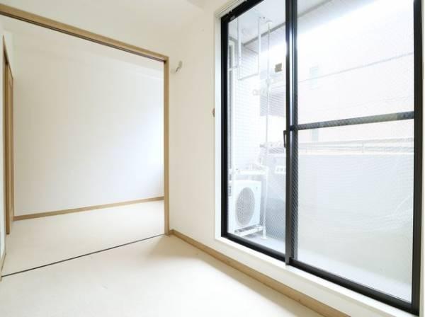 大きな窓を配置して明るく広がりのあるリビングにしました。家族の声が明るく響くオープンスペースです。