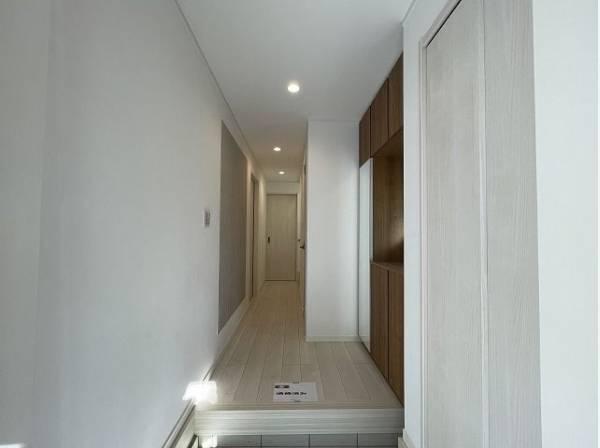ただいまと叫びたくなるような玄関は毎日の行き帰りで使う空間。明るく迎えてくれるお部屋は嬉しいですね。
