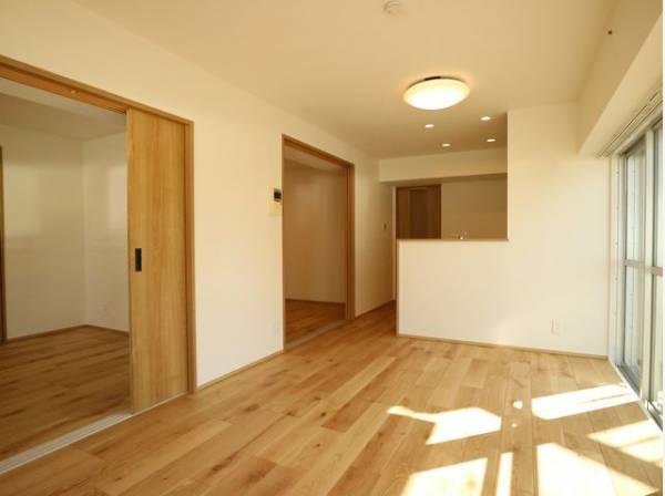 リビングと隣接の洋室は天井、フローリングと同じ色合いで揃えており、可動ドアを開くと開放的な空間になります。家族構成の変化にも柔軟に対応するための工夫をいたしました。