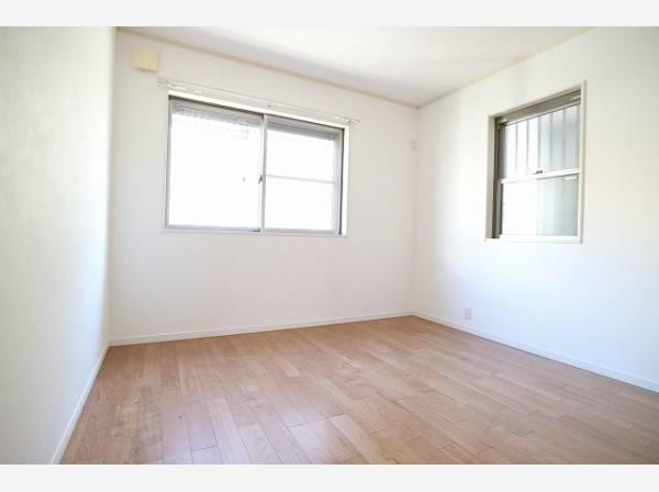 木のぬくもりを感じられる、のびのびとした明るい室内。いつまでも快適に暮らせる空間が広がります。
