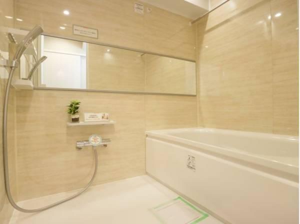 美しい浴槽と重厚感溢れる色合いのバスルームは、空間の上質感を高め、身体と心をより良く整えます。
