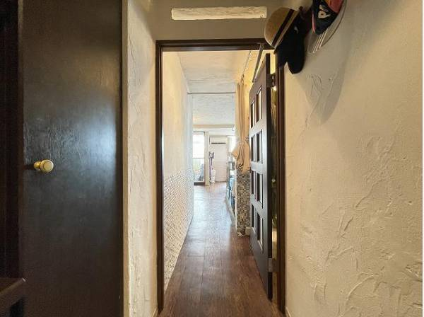 ナチュラルな木目調の床から木のぬくもりを感じられる内装。統一感のある室内で快適な生活を。