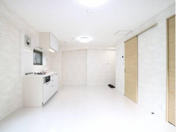 LDKは、シックでモダンな内装。落ち着いた雰囲気に包まれて、伸びやかな空間。