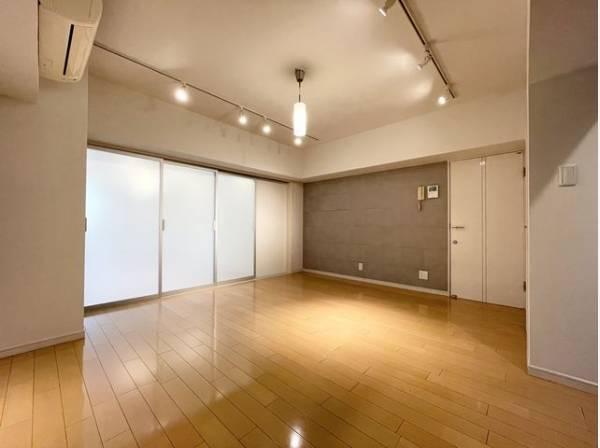 リビング・ダイニングは、シックでモダンな内装。落ち着いた雰囲気に包まれて、伸びやかな空間。