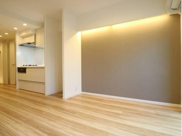 洋室の壁はカフェテイストのデザインクロスを採用。ただ暮らすだけでなく、快適さを求めて毎日気持ちの良い日々を。