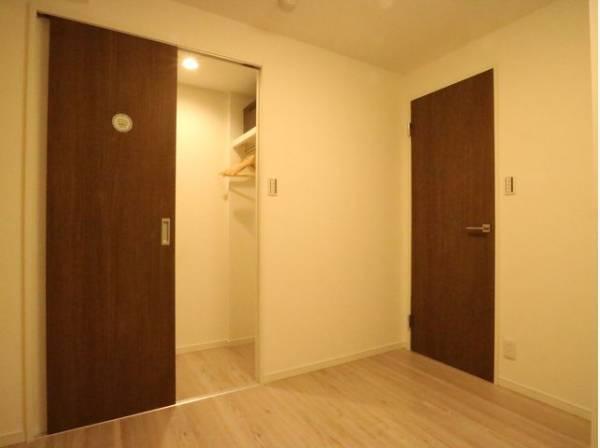 無駄を省き有効に活用した収納スペース付き。プライベートルームはゆったりと快適に。