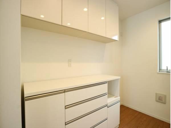 キッチン横や背面にも収納スペースが設けられています。キッチン家電も置き場に困ることはありません。