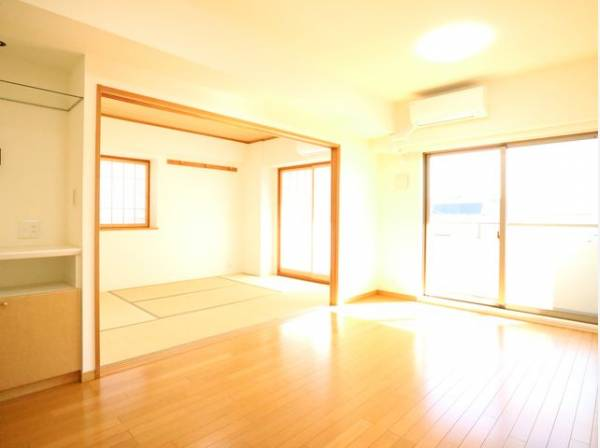 リビングダイニングと続き間の和室は約6帖。いつでも空間をつなげることができ、合わせて約16帖の広さに。たくさんお客様を招いてもゆったりとくつろぐことができますね。