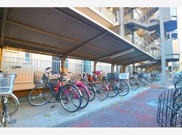敷地内駐輪場は月額200円~300円でご利用可能です。