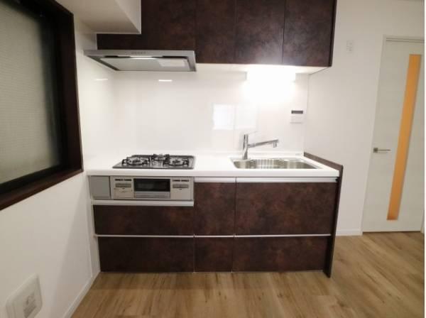 スペースを有効活用できる壁付けキッチンは、じっくり料理に集中でき、ダイニングスペースも広くとれます。