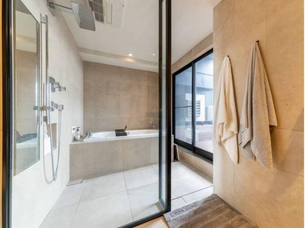 ガラス扉の開放的なバスルーム。心と身体と向き合う、セルフケアの大切な基地として。 日々のバスタイムをより心地よく有効なひとときにするために。