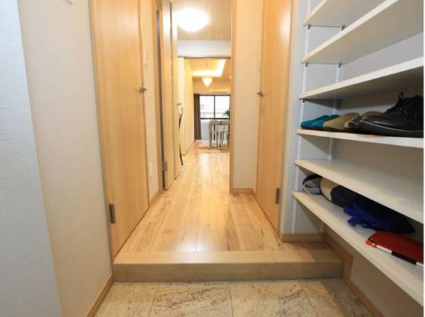 明るく清潔感のある玄関です。安らぎに満ちた生活空間を予感させてくれます。