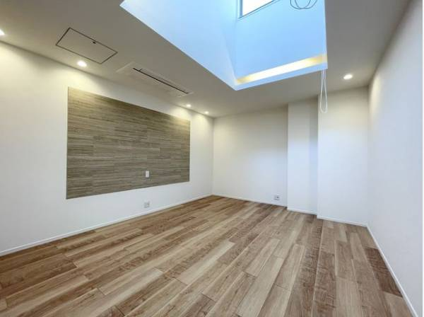 木のぬくもりを感じられる、のびのびとした明るい洋室です。いつまでも快適に暮らせる空間が広がります。