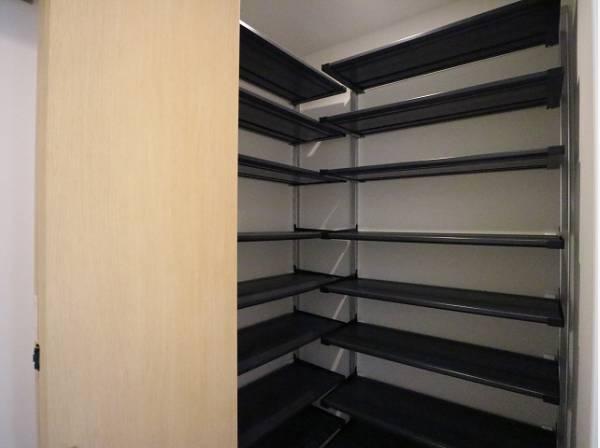 清潔感のある空間を保てるよう、収納スペースを広く設けました。たくさんある靴もすべて収納して頂け、玄関をスッキリ綺麗な空間に纏めます。