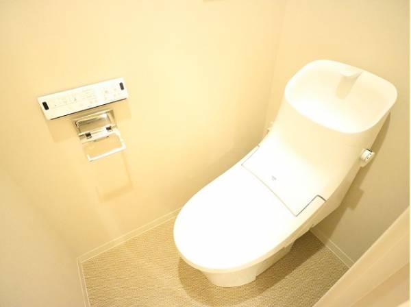 プライベート空間として機能や内装にこだわった、シンプルで優しい雰囲気のトイレはリラックス空間へ。