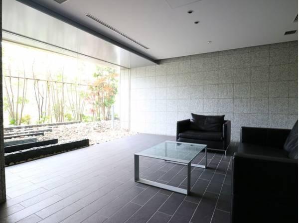 スタイリッシュなのはもちろん、質感があり、機能的でもあるエントランス。邸宅へ導くアプローチが気分を高めてくれます。