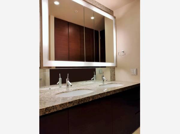 デザイン性の高い洗面化粧台。一日の始まりと終わりを心地よく演出してくれる場所です。 2つボウルがあるので洗面所の混雑を防ぐことができます。