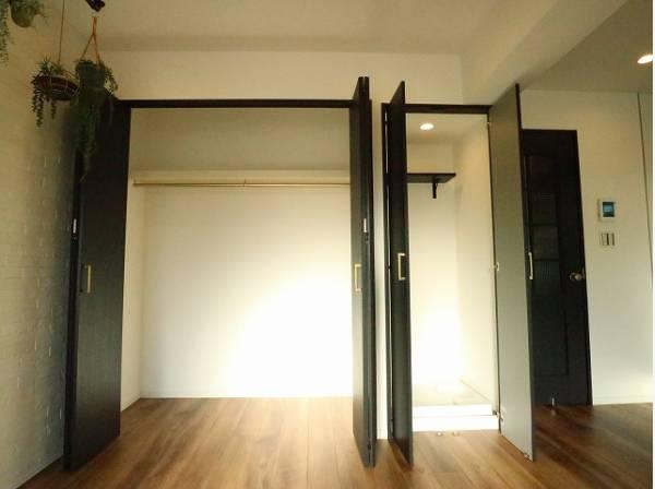 無駄を省き有効に活用した収納スペース。棚も設置して便利な収納に。洗濯機置場もドア付で見た目もスッキリ。