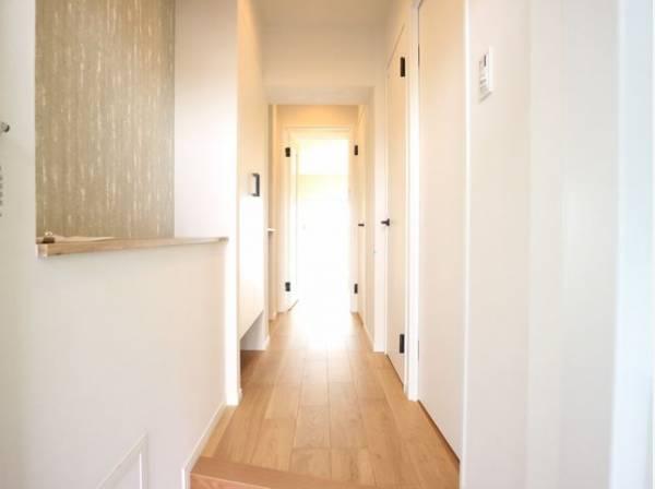 上質感漂う玄関と廊下。居住者の帰り、訪れる方を優しく迎える・安らぎに満ちた生活空間を予感させます。