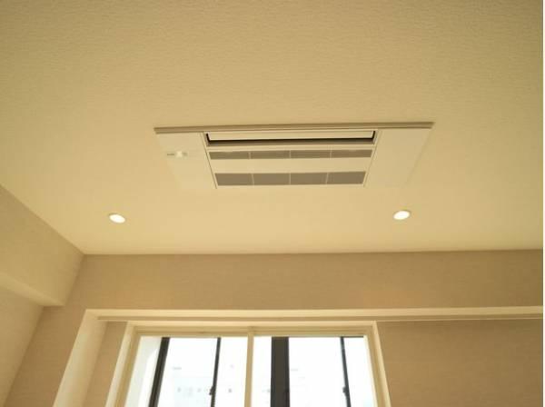 リビング・寝室にビルトインエアコン完備。天井と一体化するので見た目もすっきり。インテリアの邪魔をしません。