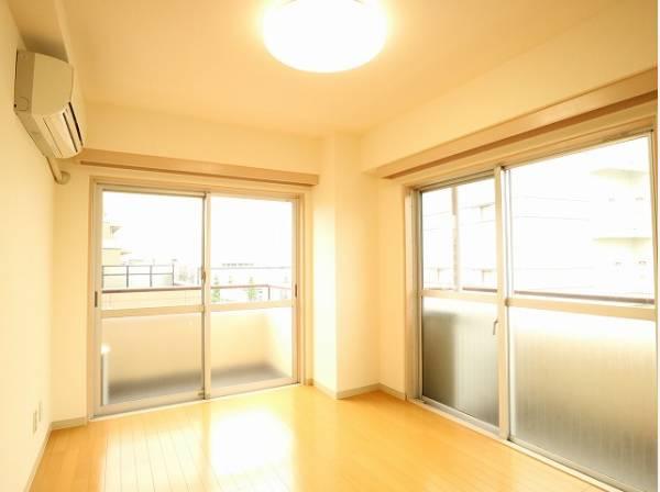 2面採光の大きな窓からたっぷりと陽光が注がれる明るい空間。一日の疲れをいやしてくれる主寝室。時を忘れて過ごす場所として過ごせるお部屋。