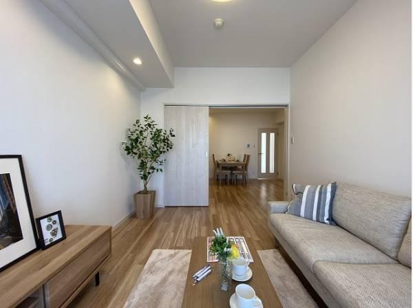 ダイニングと隣接の洋室は、可動ドアを開くと広々空間になります。リビングルームとして活用できます。