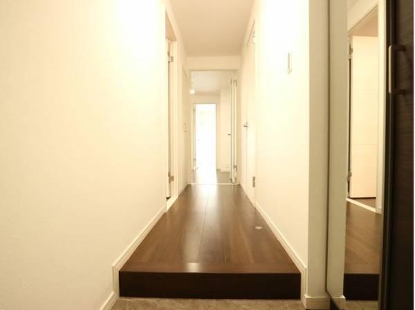 玄関を開けると、明るい日が差し込むリビングへと誘う廊下。「ただいま」と「おかえり」が交わされる幸せな空間が待っています。