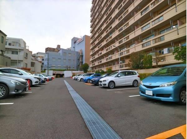 敷地内駐車場。月額18000円でご利用できます。