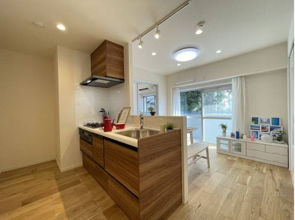 キッチンカウンターは、インテリア小物や植物などを配置することでよりオシャレな空間へと変化します。